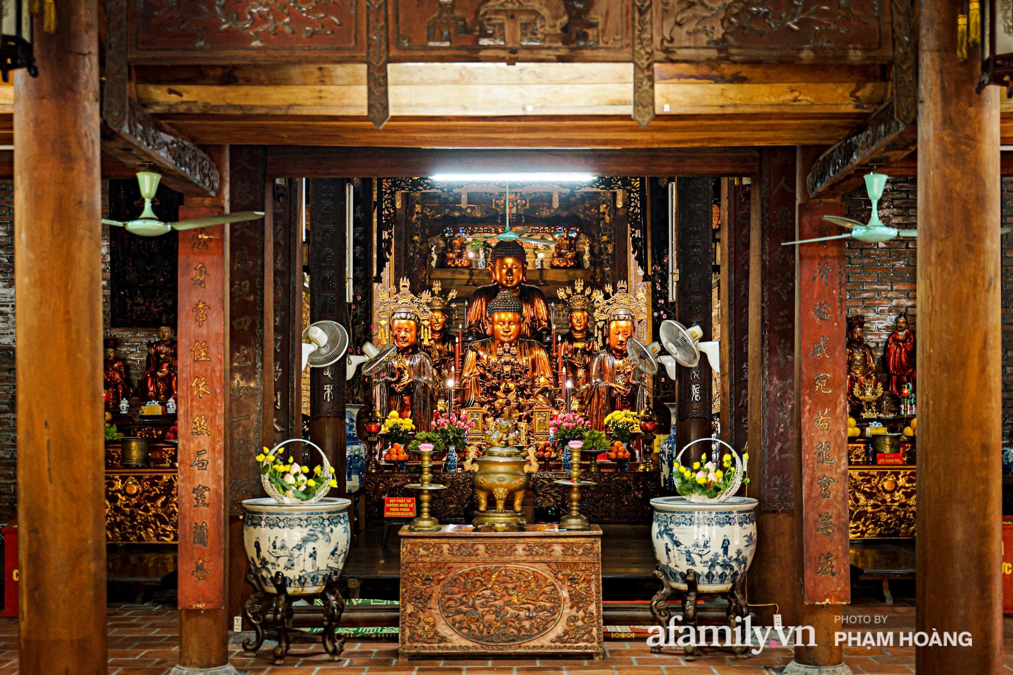 Mùng 1 đầu năm ghé thăm chùa Bà Đá: Chốn linh thiêng cổ xưa ngàn năm tuổi, giấu mình giữa phố cổ phồn hoa - Ảnh 5.