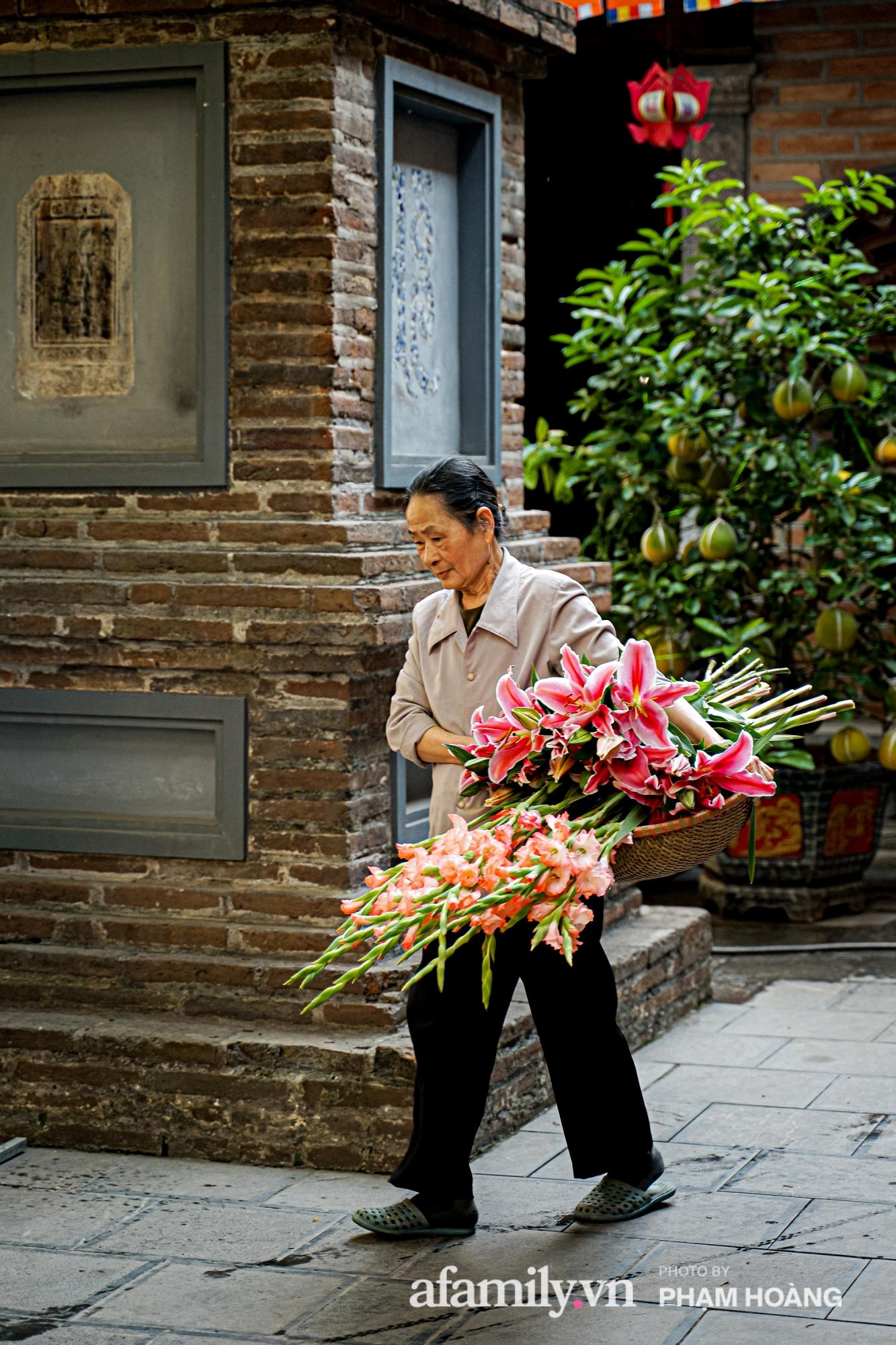 Mùng 1 đầu năm ghé thăm chùa Bà Đá: Chốn linh thiêng cổ xưa ngàn năm tuổi, giấu mình giữa phố cổ phồn hoa - Ảnh 17.