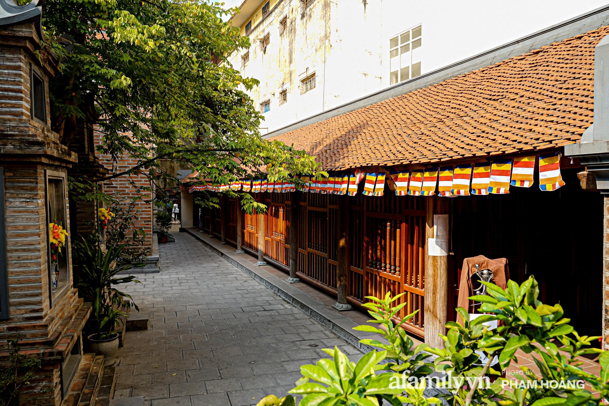 Mùng 1 đầu năm ghé thăm chùa Bà Đá: Chốn linh thiêng cổ xưa ngàn năm tuổi, giấu mình giữa phố cổ phồn hoa - Ảnh 11.