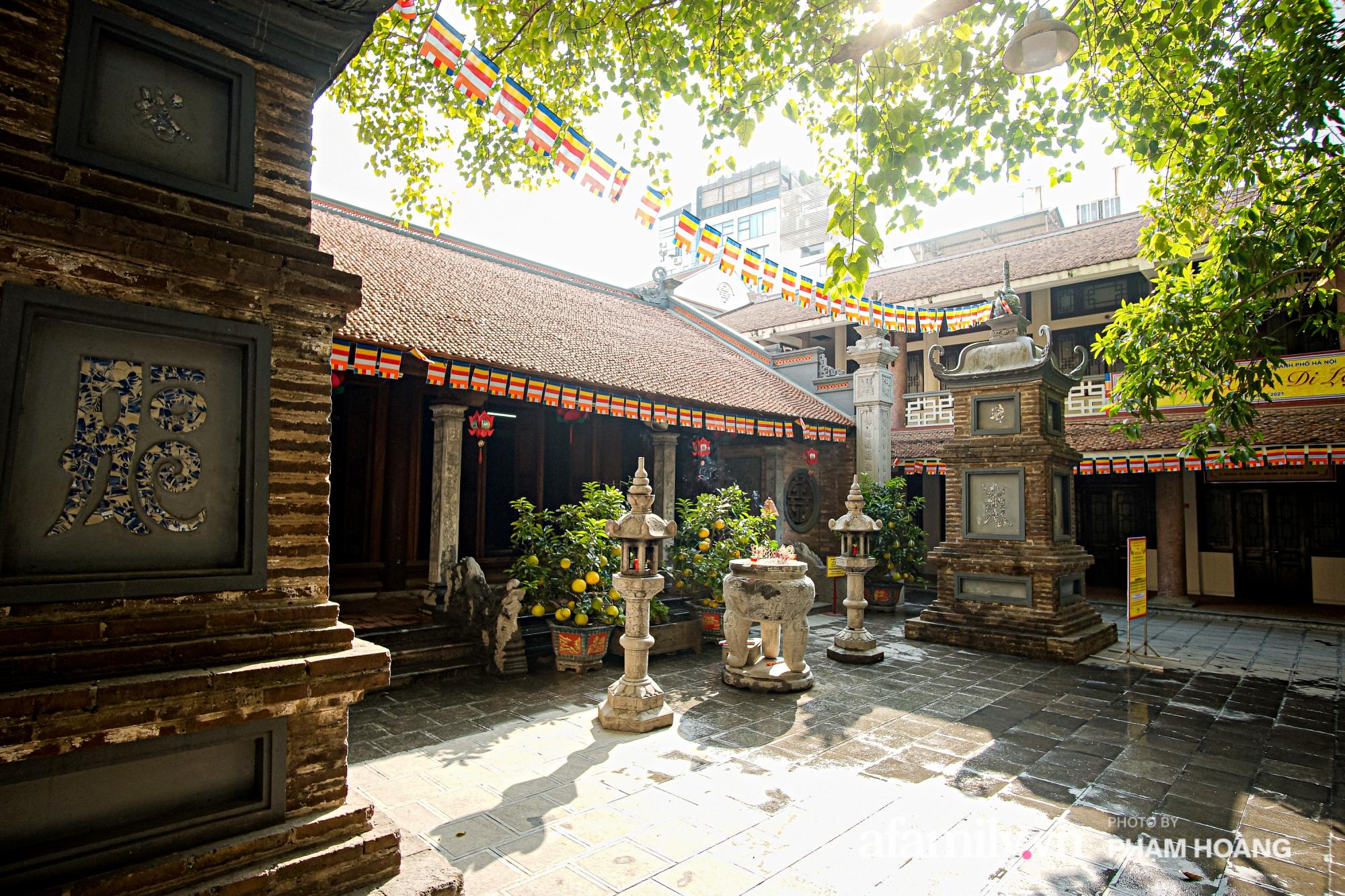Mùng 1 đầu năm ghé thăm chùa Bà Đá: Chốn linh thiêng cổ xưa ngàn năm tuổi, giấu mình giữa phố cổ phồn hoa - Ảnh 19.