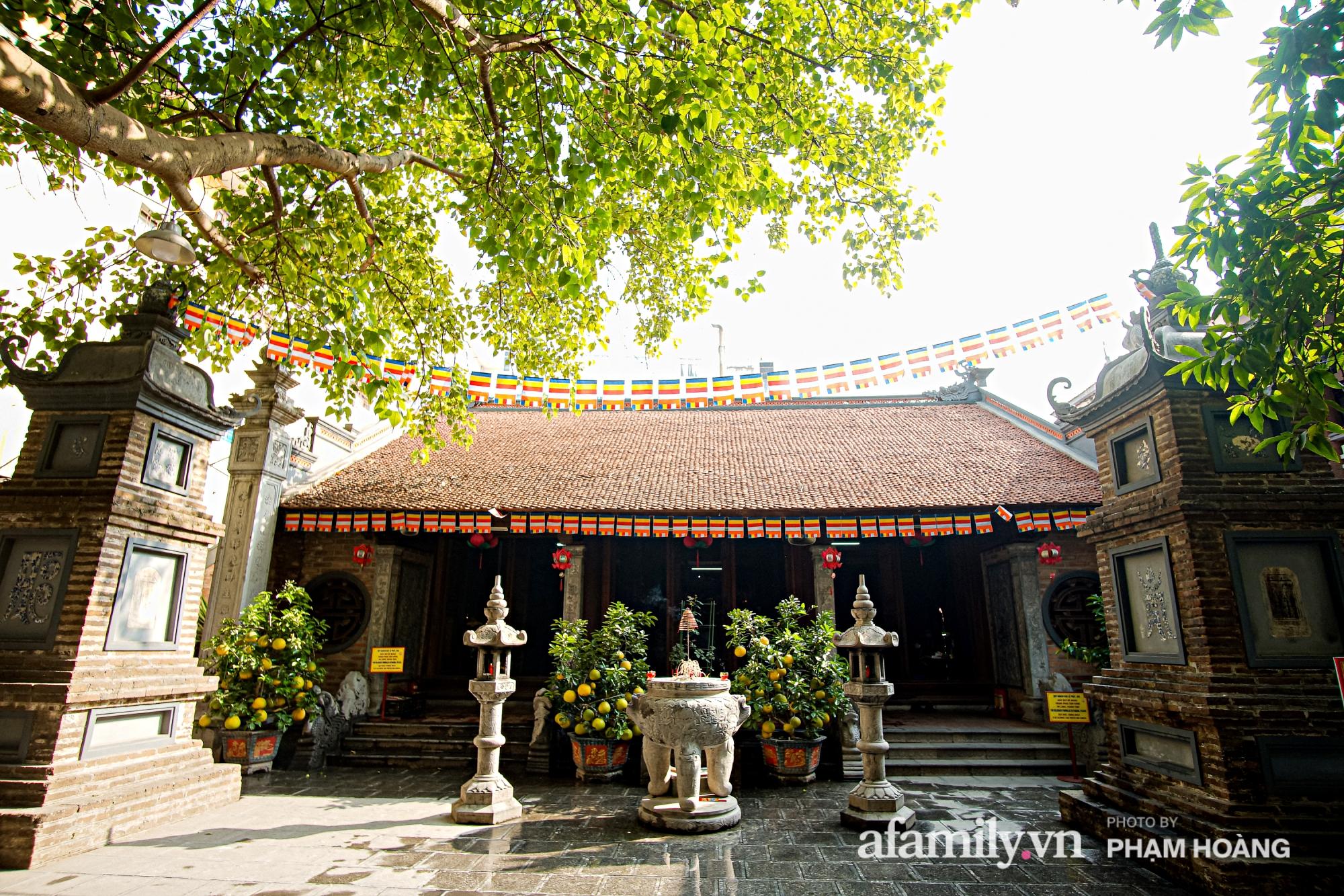 Mùng 1 đầu năm ghé thăm chùa Bà Đá: Chốn linh thiêng cổ xưa ngàn năm tuổi, giấu mình giữa phố cổ phồn hoa - Ảnh 3.