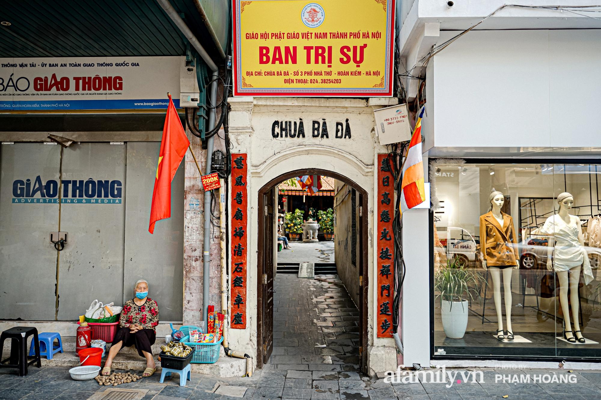 Mùng 1 đầu năm ghé thăm chùa Bà Đá: Chốn linh thiêng cổ xưa ngàn năm tuổi, giấu mình giữa phố cổ phồn hoa - Ảnh 2.