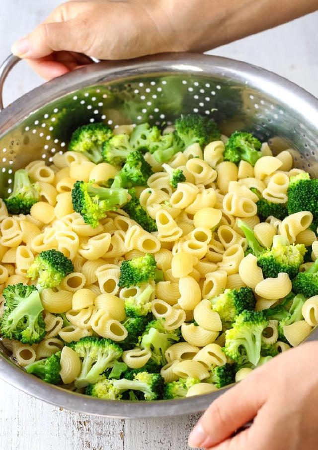 Mùng 2 Tết, dành 5 phút vào bếp làm món salad nui rau củ này, cơn ngấy thịt sợ mỡ của chị em sẽ được xóa tan trong chớp mắt! - Ảnh 2.