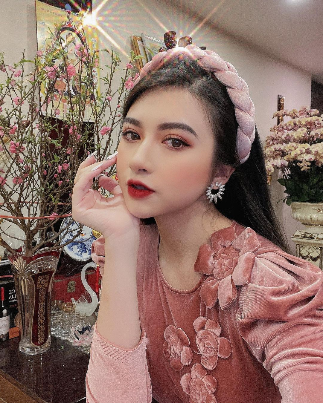 Loạt hot girl diện áo dài sang đẹp phết, makeup cực xinh nhưng bất ngờ là cách mix phụ kiện xịn xò quá đỗi - Ảnh 3.