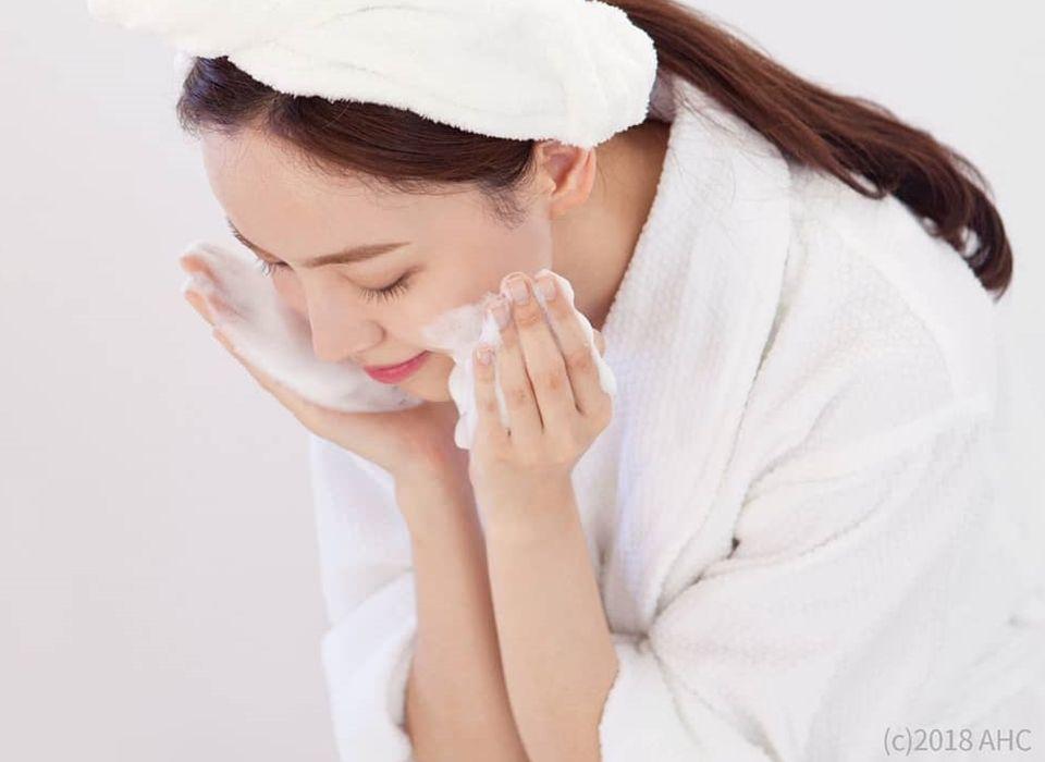 """Bác sĩ da liễu người Nhật chỉ ra bước rửa mặt ngược đời có thể """"hồi sinh"""" làn da lão hóa: Hóa ra phụ nữ Việt trước giờ toàn làm sai cách - Ảnh 2."""