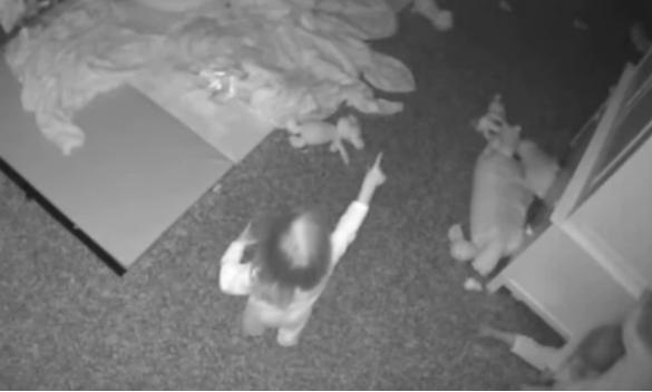 """Bí ẩn đằng sau đoạn CCTV cho thấy khoảnh khắc ba đứa trẻ đang nói chuyện với """"nhân vật vô hình"""" trên bức tường trong phòng ngủ - Ảnh 3."""