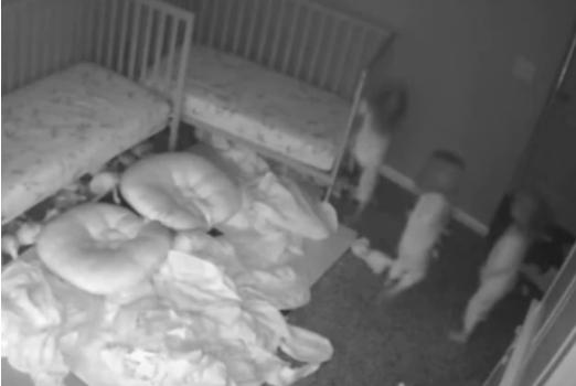 """Bí ẩn đằng sau đoạn CCTV cho thấy khoảnh khắc ba đứa trẻ đang nói chuyện với """"nhân vật vô hình"""" trên bức tường trong phòng ngủ - Ảnh 4."""