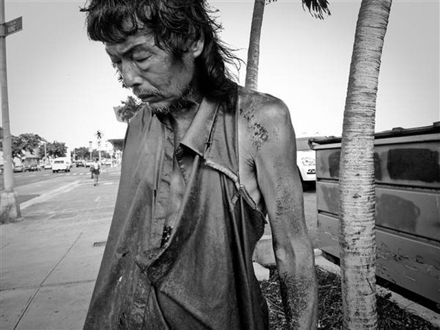 Đi chụp hình người vô gia cư, cô gái mồ côi khóc nghẹn khi phát hiện danh tính người đàn ông rách rưới trong bức ảnh mình vô tình chụp được  - Ảnh 3.