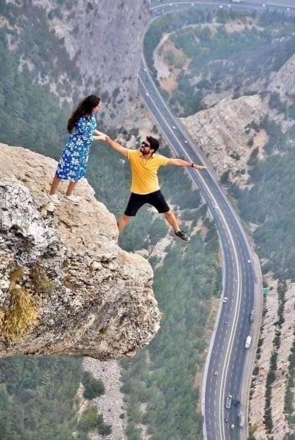 """Chia sẻ bức ảnh chụp trên vách đá cheo leo, cặp đôi bị """"ném đá tơi bời"""" vì quá mạo hiểm, nhưng sự thật bất ngờ phía sau khiến tất cả câm nín - Ảnh 1."""