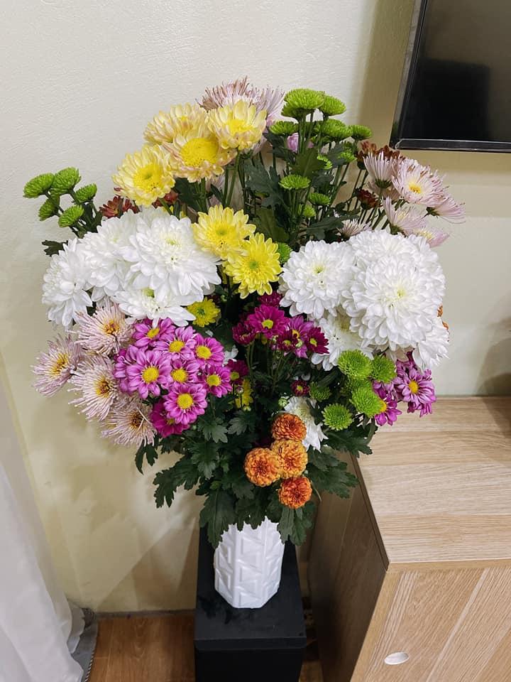 Giá hoa rẻ chưa từng có, chị em nô nức khoe bình hoa để bàn đẹp lộng lẫy mà giá chỉ từ 10.000 đồng - Ảnh 4.
