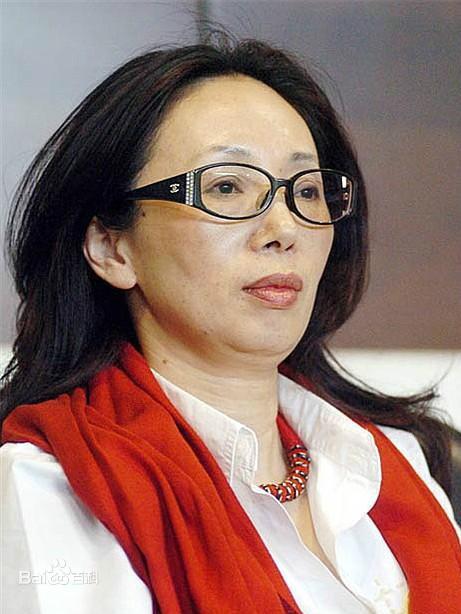 """Nữ tỷ phú huyền thoại Trung Quốc: Từ phóng viên nghèo thành đại gia có hàng chục nghìn tỷ đồng, mua 2 đội bóng rồi bị chồng ly hôn vì """"quá giàu"""" - Ảnh 1."""
