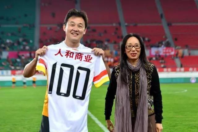 """Nữ tỷ phú huyền thoại Trung Quốc: Từ phóng viên nghèo thành đại gia có hàng chục nghìn tỷ đồng, mua 2 đội bóng rồi bị chồng ly hôn vì """"quá giàu"""" - Ảnh 2."""