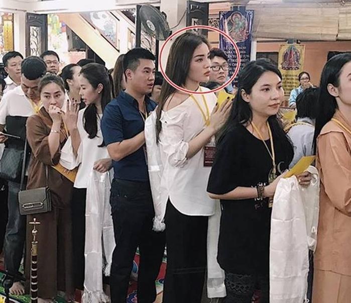 Không chỉ có Minh Tú, Chi Pu chọn đồ đi chùa không phù hợp, nhiều sao Việt cũng nhận mưa gạch đá từ netizen vì vấn đề này - Ảnh 5.