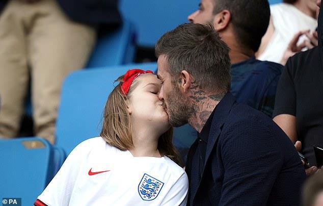 """Trong 4 đứa con thì đây chính là """"thiên thần"""" được vợ chồng  Beckham cưng nựng nhất nhưng cũng khiến cặp đôi bị chê trách nhiều - Ảnh 4."""