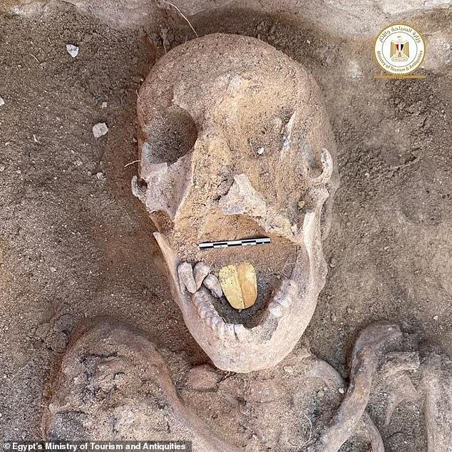 Phát hiện ngôi mộ đá 2.000 tuổi, các nhà khoa học tìm thấy chiếc lưỡi vàng sáng lấp lánh, bằng chứng của nghi lễ chôn cất kỳ quái - Ảnh 1.