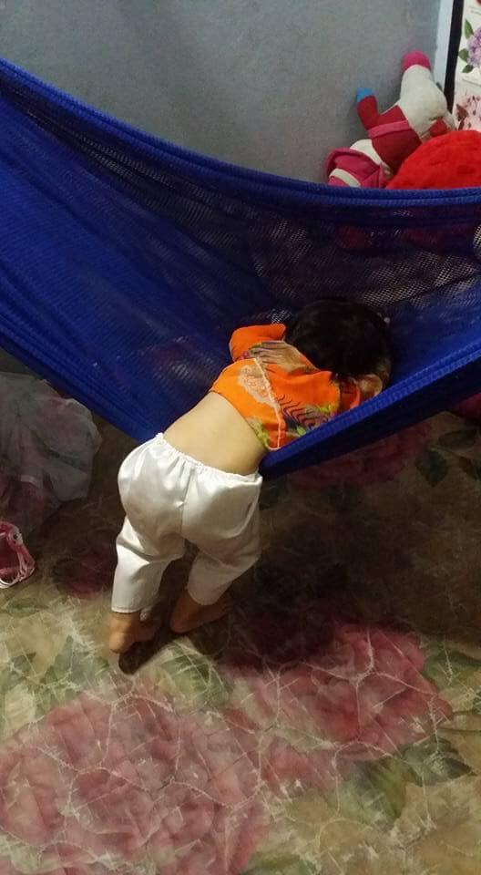 Tối đặt con ngủ ngay ngắn trên gối, nửa đêm tỉnh giấc mẹ không thấy con đâu rồi ôm bụng cười lăn khi tìm thấy bé - Ảnh 12.