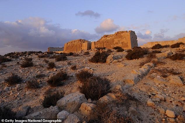 Phát hiện ngôi mộ đá 2.000 tuổi, các nhà khoa học tìm thấy chiếc lưỡi vàng sáng lấp lánh, bằng chứng của nghi lễ chôn cất kỳ quái - Ảnh 2.