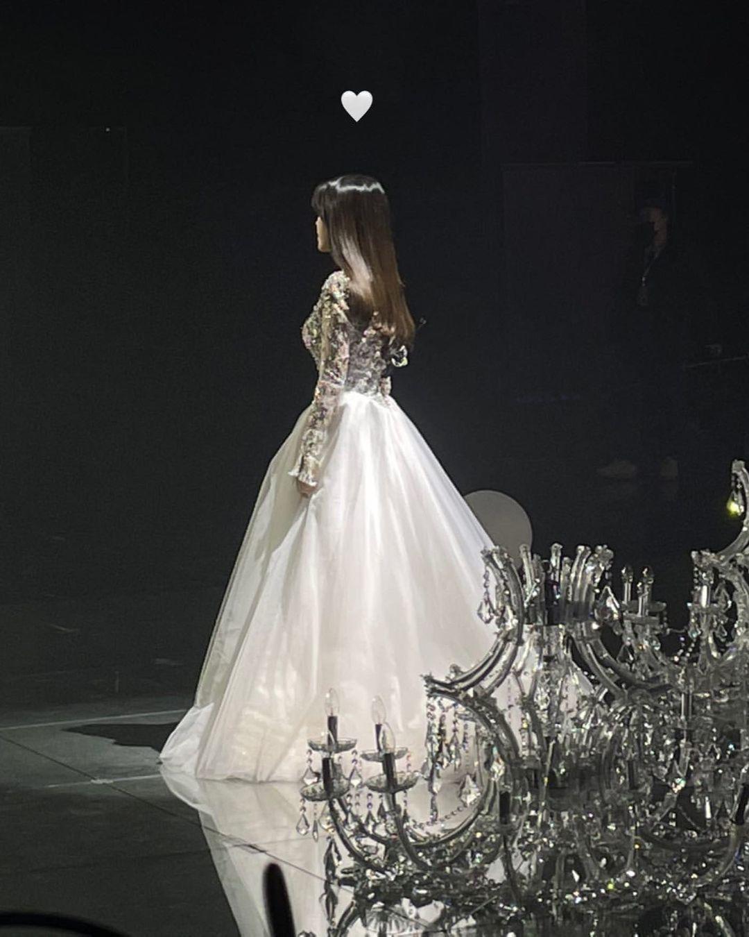 IU - cô gái sinh ra là để khoác những chiếc đầm công chúa lộng lẫy, khí chất bao nhiêu năm qua vẫn không suy giảm, thậm chí ngày càng nhuận sắc hơn - Ảnh 3.