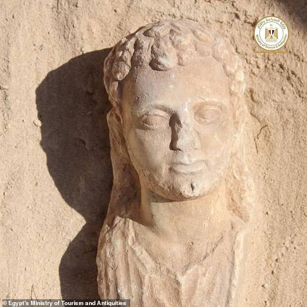 Phát hiện ngôi mộ đá 2.000 tuổi, các nhà khoa học tìm thấy chiếc lưỡi vàng sáng lấp lánh, bằng chứng của nghi lễ chôn cất kỳ quái - Ảnh 4.