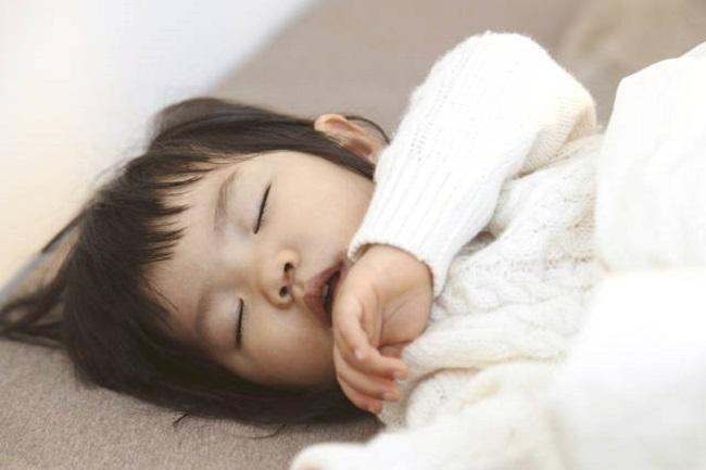 Đừng chủ quan khi thấy con há miệng trong lúc ngủ, bởi nó có thể khiến trẻ mắc phải một số vấn đề sức khỏe nghiêm trọng - Ảnh 1.