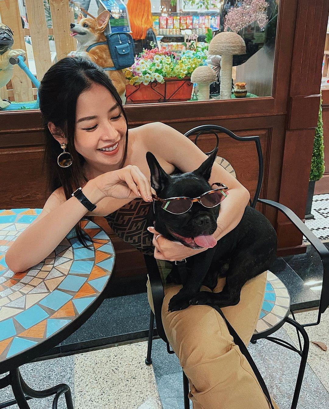 Instagram look của sao Việt sau Tết: Nhã Phương khoe da trắng muốt, Kỳ Duyên và Tóc Tiên sexy bỏng mắt - Ảnh 4.