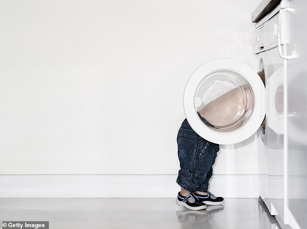 Thấy con biến mất một cách bí ẩn, cha mẹ bé trai vội đi tìm rồi kinh hoàng khi thấy con nằm im trong máy giặt đang hoạt động - Ảnh 2.