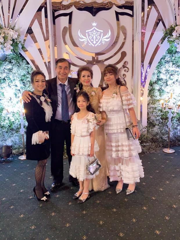Hoá ra, vợ cả và vợ hai của Minh Nhựa chưa từng đụng mặt nhau ngay cả trong lễ cưới của con gái Joyce Phạm?  - Ảnh 4.