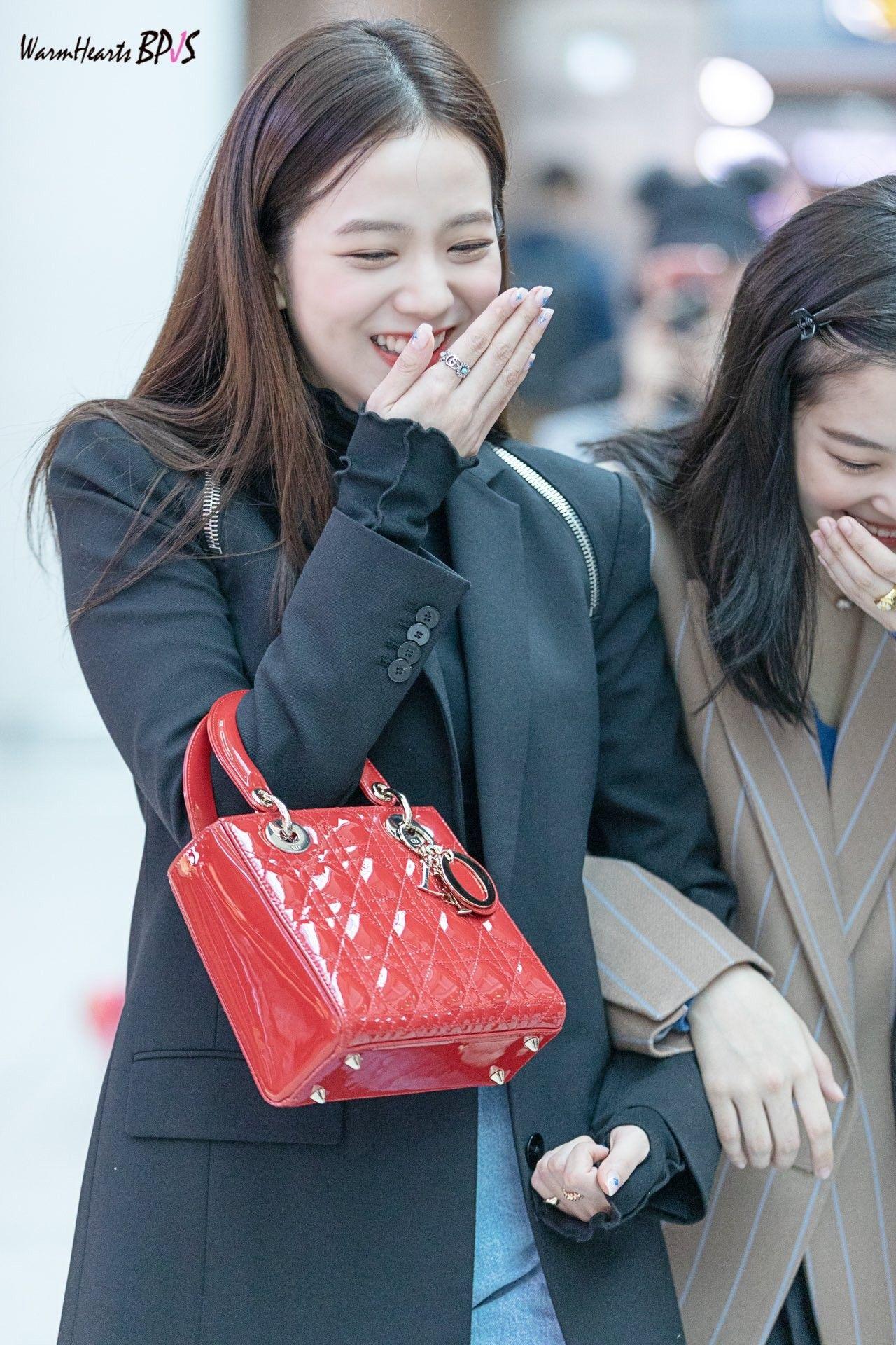 Jisoo tỏa sáng khí chất tổng tài khi diện áo blazer đen, khác hẳn style ngọt ngào ngày thường - Ảnh 5.
