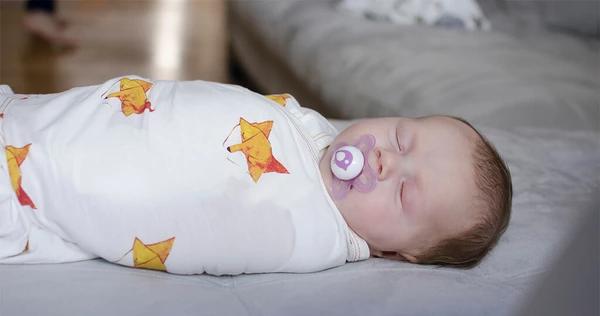 Đây là 2 việc cần tránh khi chăm trẻ sơ sinh kẻo làm biến dạng cột sống non nớt của bé - Ảnh 3.