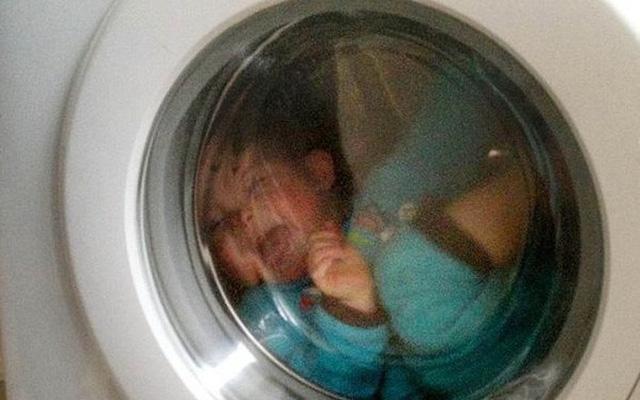 Thấy con biến mất một cách bí ẩn, cha mẹ bé trai vội đi tìm rồi kinh hoàng khi thấy con nằm im trong máy giặt đang hoạt động - Ảnh 1.