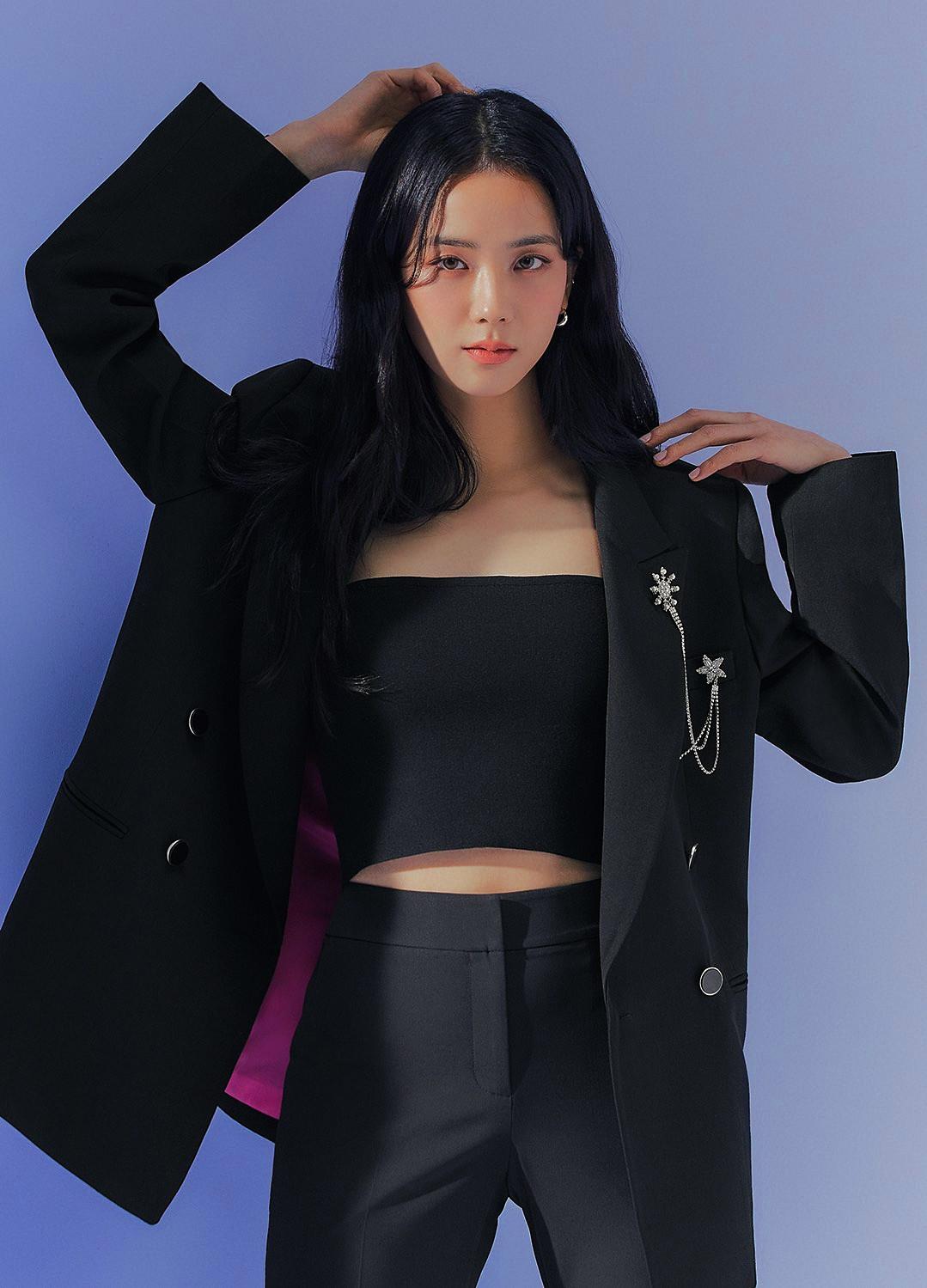 Jisoo tỏa sáng khí chất tổng tài khi diện áo blazer đen, khác hẳn style ngọt ngào ngày thường - Ảnh 1.