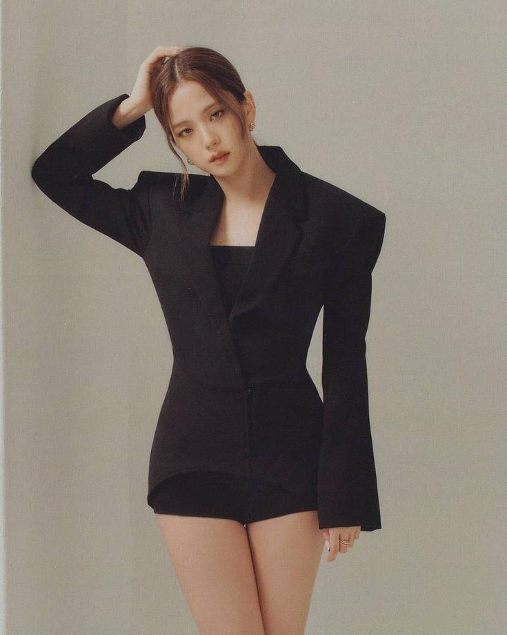 Jisoo tỏa sáng khí chất tổng tài khi diện áo blazer đen, khác hẳn style ngọt ngào ngày thường - Ảnh 2.