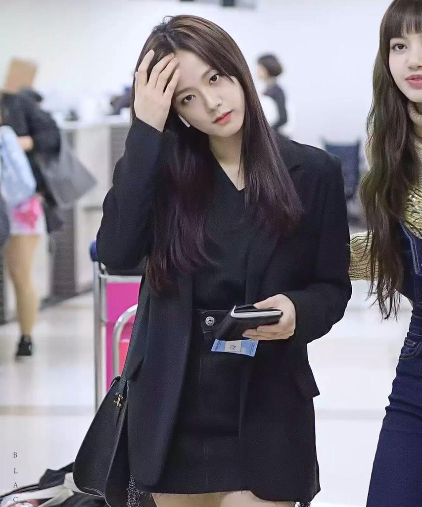 Jisoo tỏa sáng khí chất tổng tài khi diện áo blazer đen, khác hẳn style ngọt ngào ngày thường - Ảnh 4.