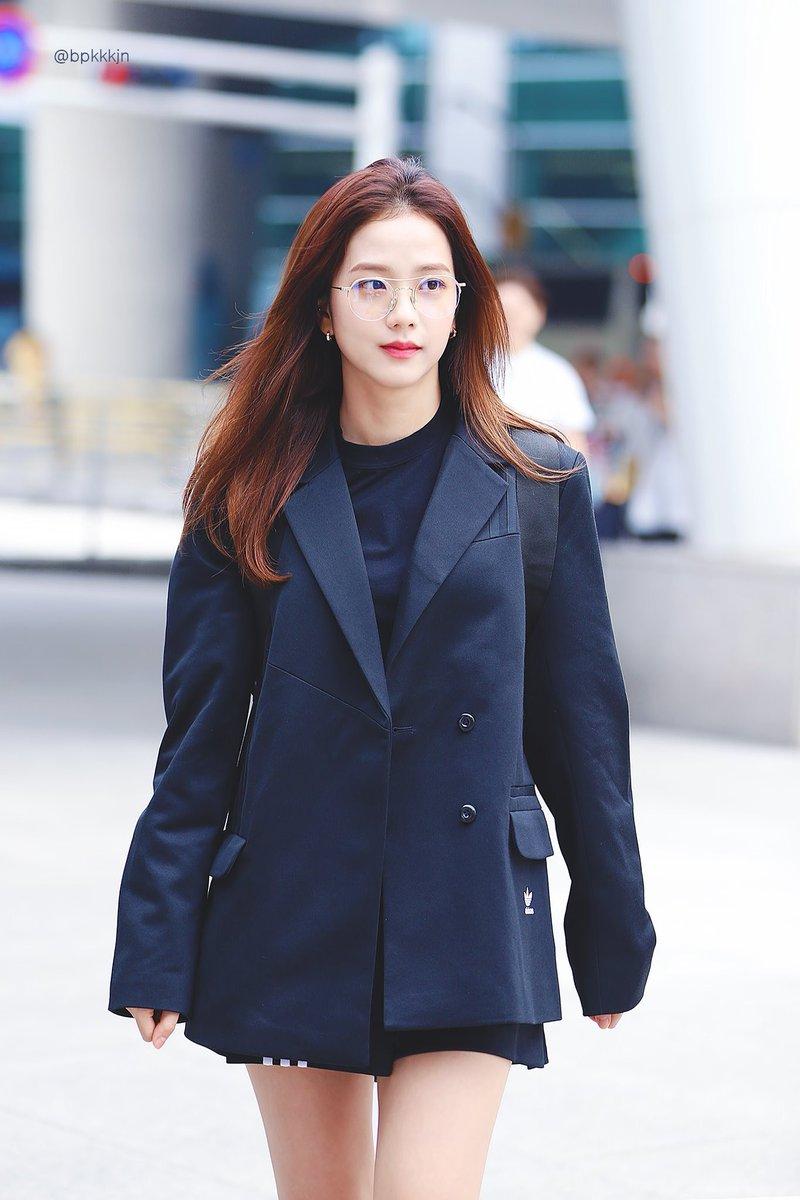 Jisoo tỏa sáng khí chất tổng tài khi diện áo blazer đen, khác hẳn style ngọt ngào ngày thường - Ảnh 3.