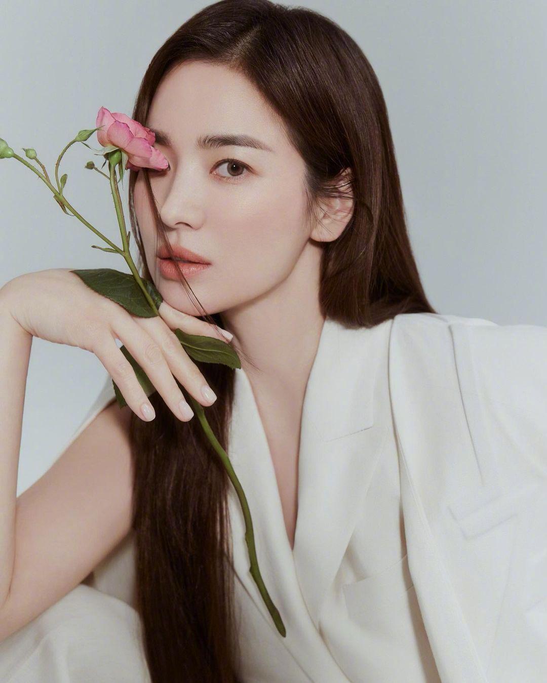 Song Hye Kyo chứng minh thần thái ngày càng lên hương, đồ khó mấy cũng có thể cân đẹp - Ảnh 3.