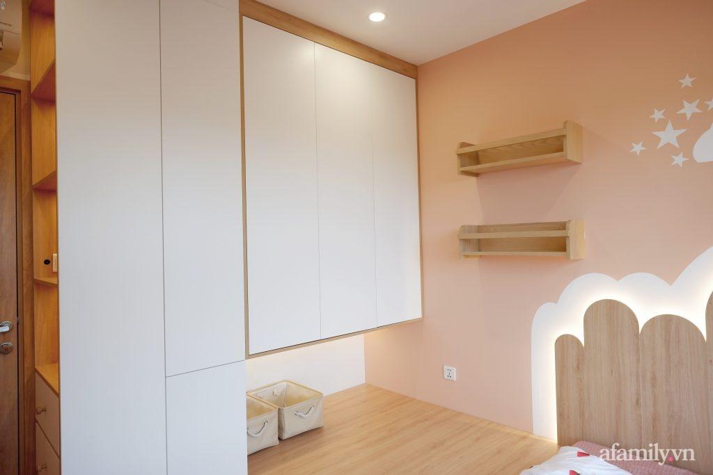 Căn hộ 72m² cực ít đồ đạc vẫn đẹp tinh tế và tiện dụng nhờ thiết kế nội thất thông minh ở Sài Gòn - Ảnh 15.