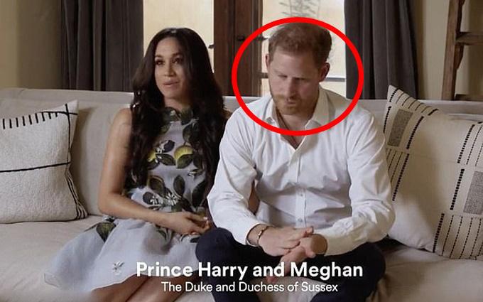 """Nhà Sussex lần đầu xuất hiện sau khi chính thức rời khỏi hoàng gia, sắc mặt của Meghan Markle với chồng khác nhau """"một trời một vực"""""""