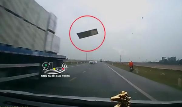 """Clip: Tấm thạch cao từ """"trên trời rơi xuống"""" đập thẳng vào kính ô tô, tài xế thất thanh: """"Ôi trời ơi, chết rồi!"""" - Ảnh 2."""