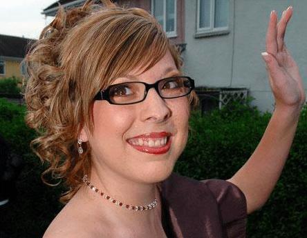 Gương mặt biến dạng vì khối u, bé gái bị hàng xóm bảo ra đường phải mang bao trùm đầu rồi khiến tất cả há hốc với diện mạo vào ngày cưới - Ảnh 3.