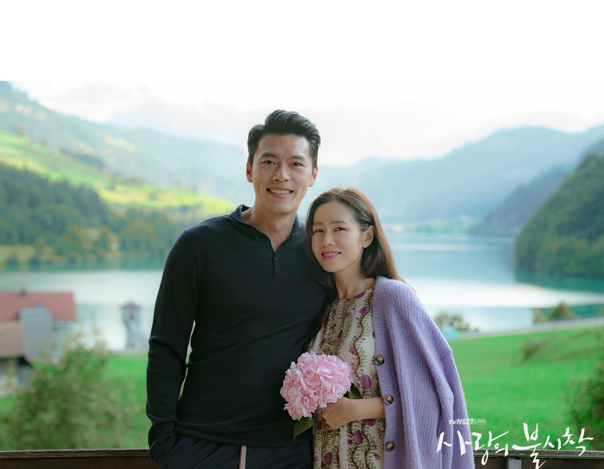 """Son Ye Jin và Jennie đều bị """"bóc phốt""""  hẹn hò khi diện chiếc áo này, item mà mọi cặp đôi bí mật nên tránh đây rồi - Ảnh 1."""