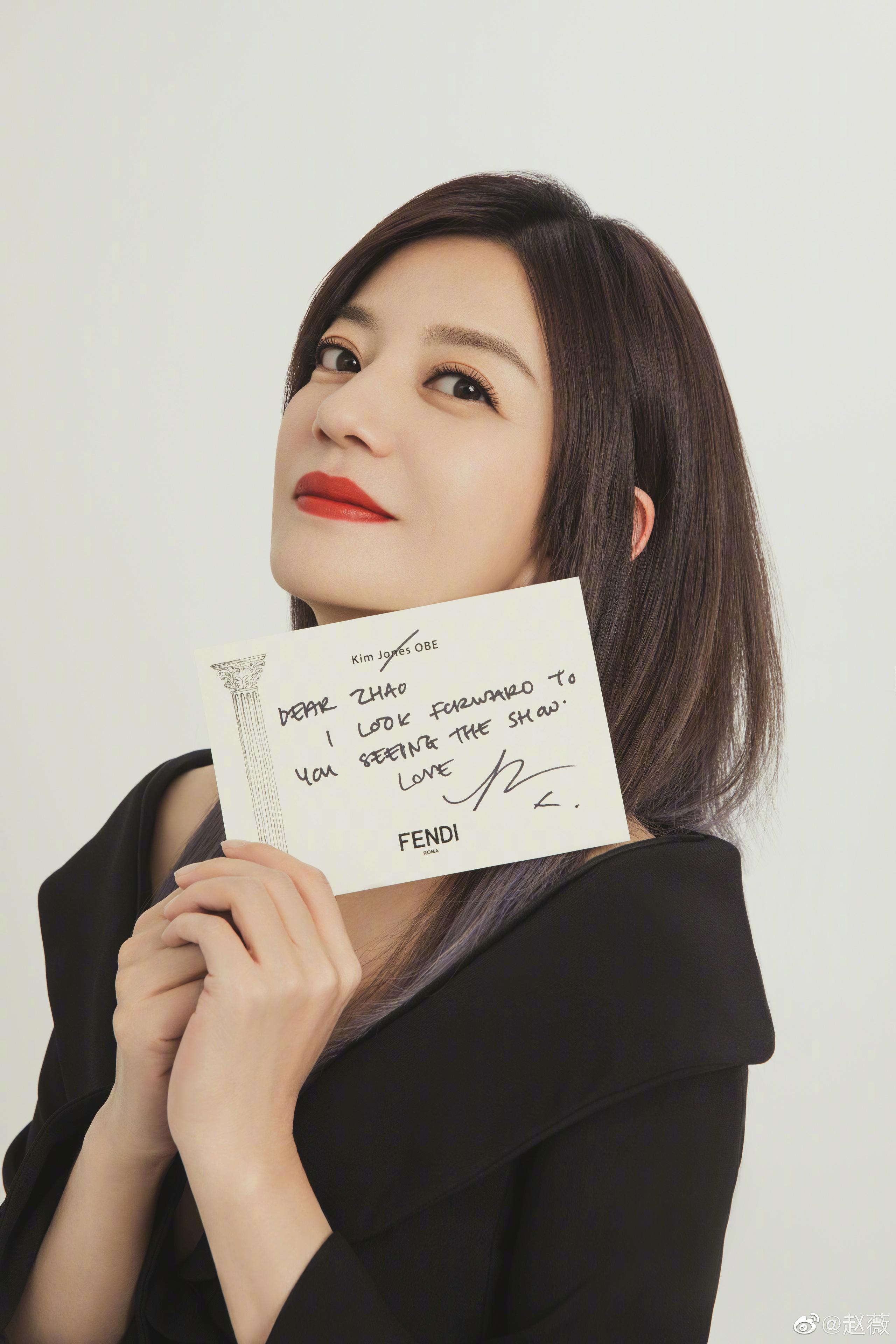 """Diện kiểu áo na ná, Triệu Vy trễ nại gợi cảm, Song Hye Kyo """"cao tay"""" chỉnh sửa nên bội phần kín đáo, thanh tao - Ảnh 1."""