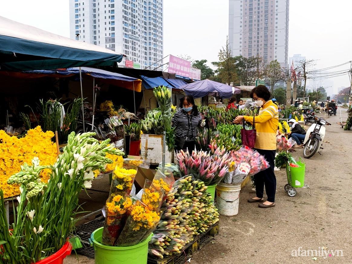 """Hoa tươi cúng Rằm tháng Giêng """"rẻ chưa từng thấy"""", gà cúng và các thực phẩm khác ít biến động - Ảnh 2."""