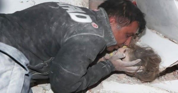 Bức ảnh người cha khóc nghẹn ôm hôn con gái sau 91 giờ bị vùi lấp trong đống đổ nát gây bão MXH và câu chuyện phía sau khiến ai cũng rơi nước mắt - Ảnh 2.