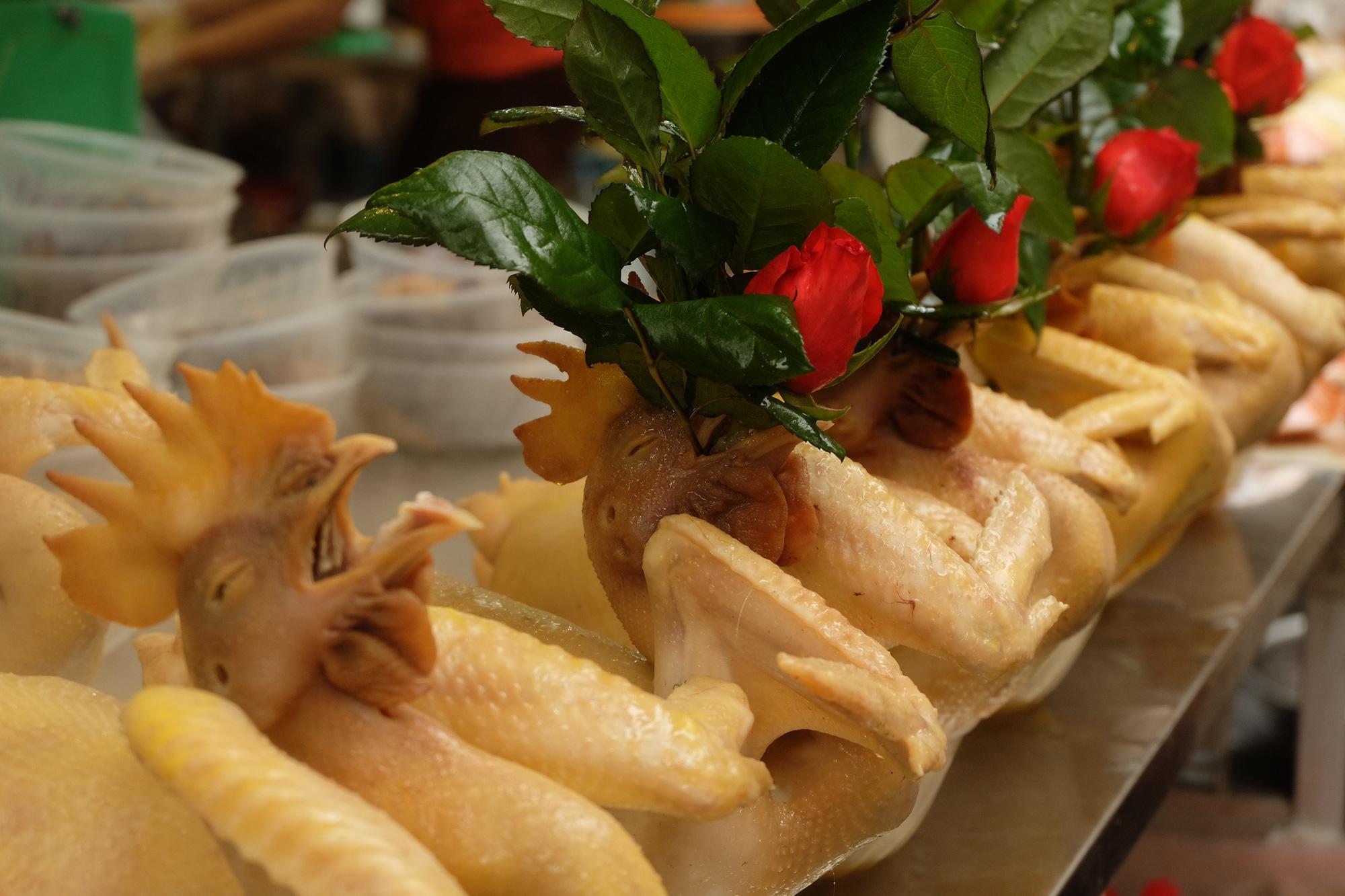 """Hoa tươi cúng Rằm tháng Giêng """"rẻ chưa từng thấy"""", gà cúng và các thực phẩm khác ít biến động - Ảnh 6."""