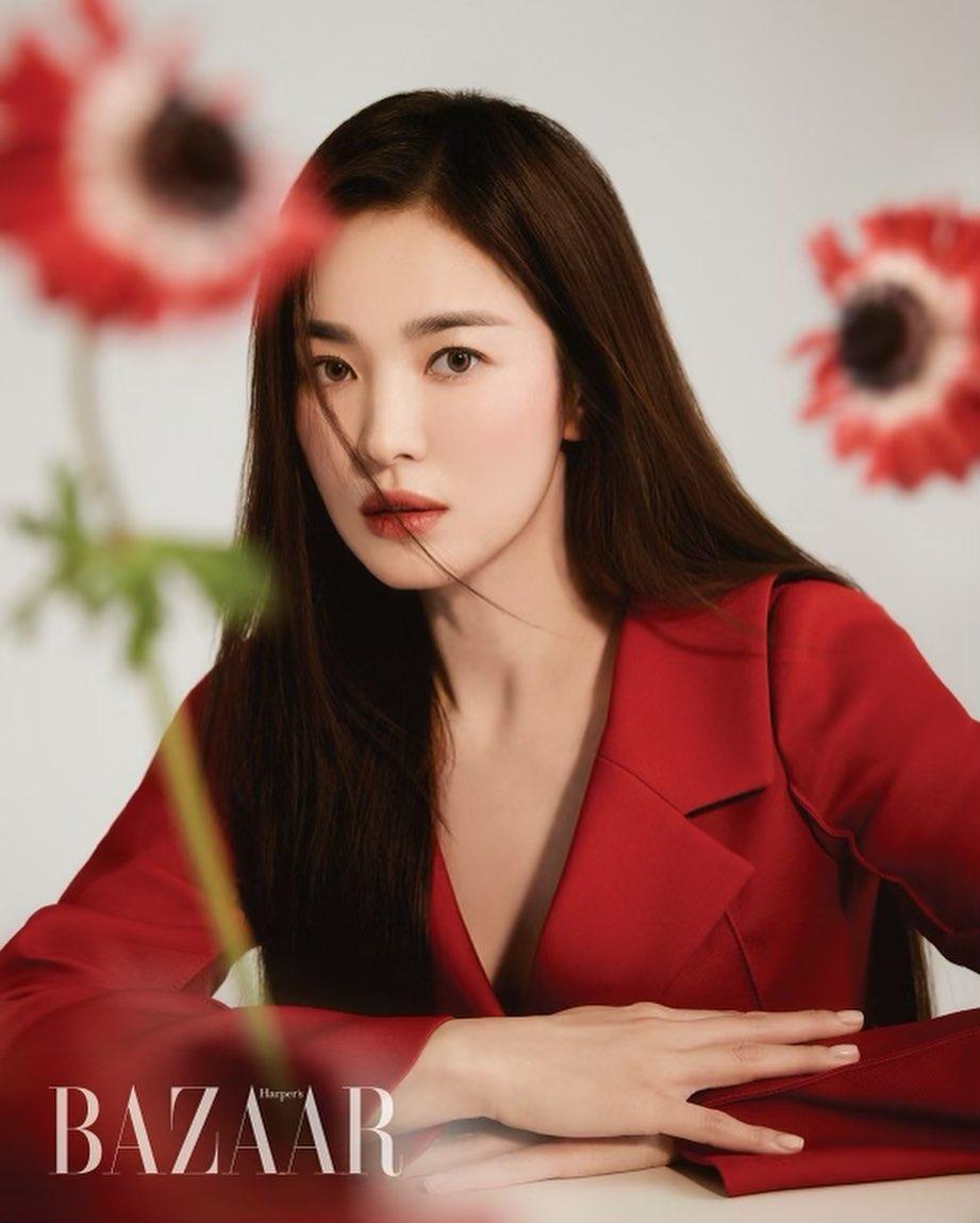 """Diện kiểu áo na ná, Triệu Vy trễ nại gợi cảm, Song Hye Kyo """"cao tay"""" chỉnh sửa nên bội phần kín đáo, thanh tao - Ảnh 4."""