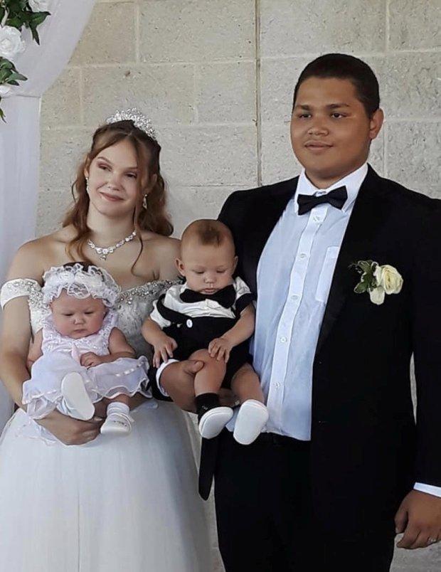 Dù uống thuốc tránh thai đều đặn, bà mẹ vẫn bàng hoàng khi hay tin mình mang thai ở tuổi 17, đã thế còn bị sốc nặng khi biết số lượng - Ảnh 2.