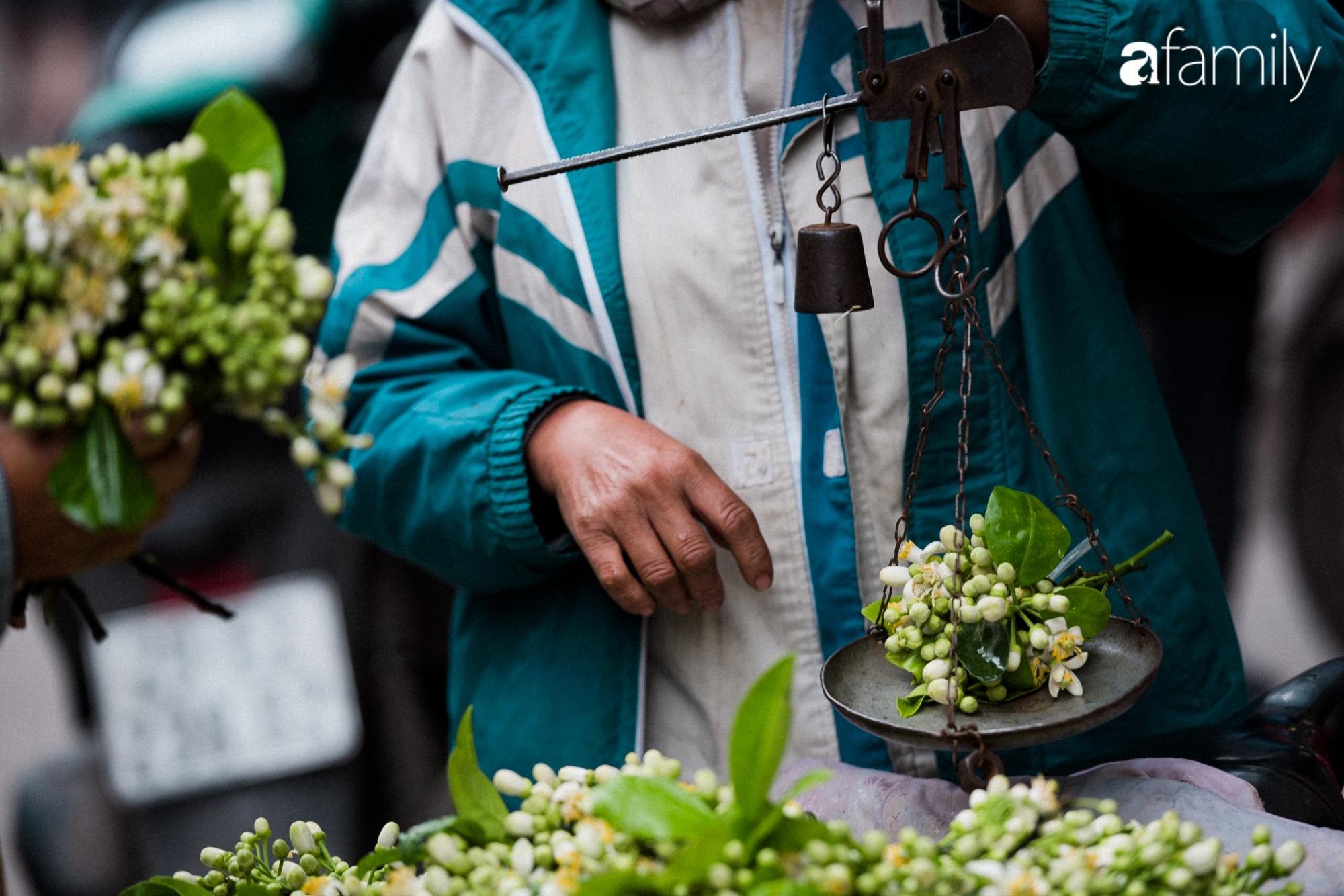 """Dân Hà Nội """"rộ mốt"""" mua hoa bưởi cúng Rằm tháng Giêng giá chỉ từ 200.000/kg và mẹo lựa hoa đẹp cả năm tài lộc, hanh thông - Ảnh 4."""