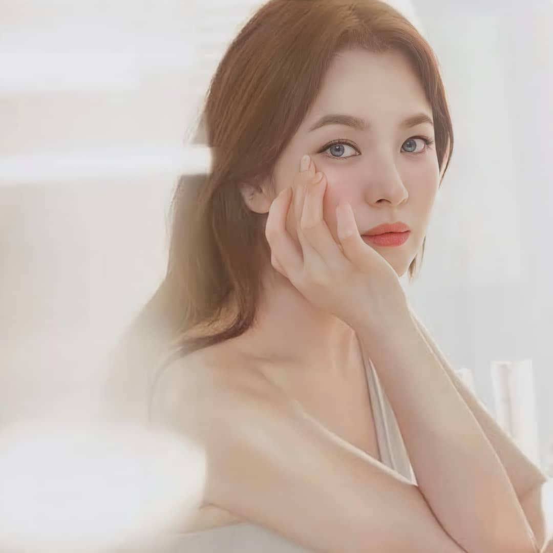 """Nhìn Song Hye Kyo makeup nhạt đã quen, nhưng nếu nhìn cô """"biến hình"""" makeup đậm qua ảnh của fan thì bạn sẽ ngỡ ngàng - Ảnh 4."""