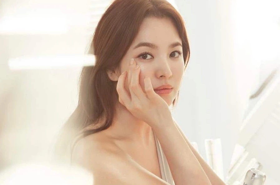 """Nhìn Song Hye Kyo makeup nhạt đã quen, nhưng nếu nhìn cô """"biến hình"""" makeup đậm qua ảnh của fan thì bạn sẽ ngỡ ngàng - Ảnh 1."""