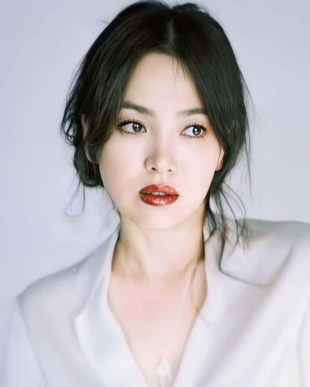 """Nhìn Song Hye Kyo makeup nhạt đã quen, nhưng nếu nhìn cô """"biến hình"""" makeup đậm qua ảnh của fan thì bạn sẽ ngỡ ngàng - Ảnh 7."""
